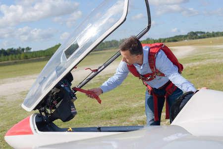 cielos abiertos: Pilot preparing sailplane