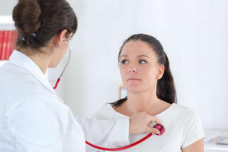 mujer médico auscultar paciente mujer con su estetoscopio