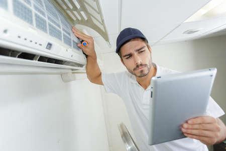 jonge aannemer zorgvuldig en serieus werken bij klanten op kantoor Stockfoto