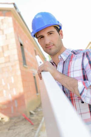Bauarbeiter, der ein planl trägt
