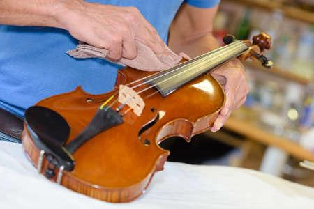 violinista: El hombre pulir con un paño violín