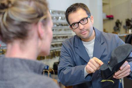 zapatero de la reparación de un zapato