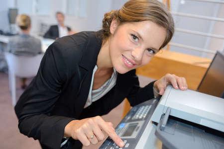 fotocopiadora: Portrait of woman using photocopier