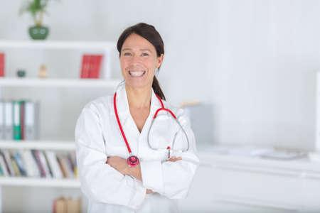 Lachende medische arts vrouw met stethoscoop