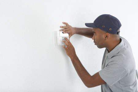 energia electrica: Hombre interruptor apropiado a la pared