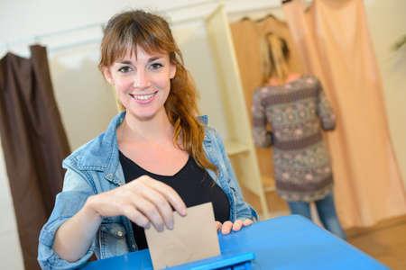 Mujer de votación Foto de archivo - 69254902