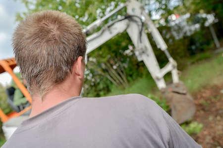 paysagiste: Man regarder pelle travail