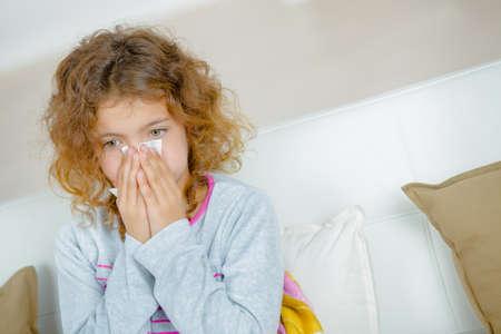 alergenos: chica con el tejido sobre la nariz