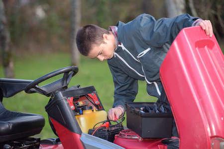 kleiner Motor Mechaniker auf Abruf Standard-Bild
