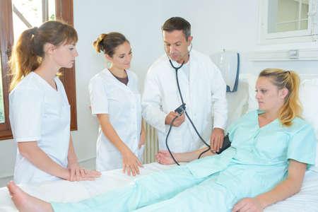 estudiantes medicina: Los estudiantes de medicina alrededor de la cama del hospital del paciente