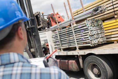 carga: Entrega de camiones de acero Foto de archivo