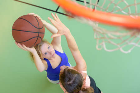 girls playing basketball Imagens