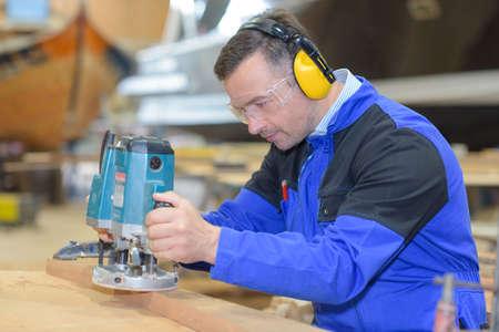 Worker using sander Standard-Bild
