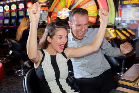Pár slaví kasino vítězství Reklamní fotografie