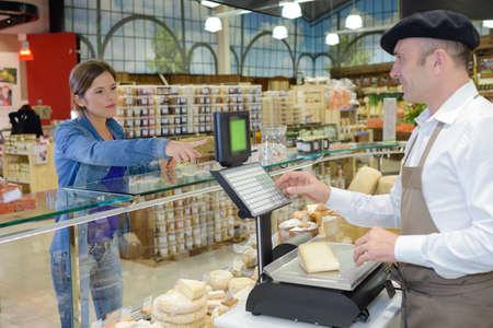 siervo: Lady buying cheese