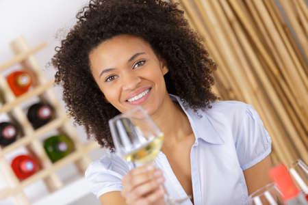 celos: chica seria con la copa sonriendo