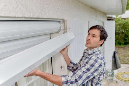 Installation de volet de fenêtre Banque d'images