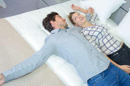 Paar het testen van nieuwe matras