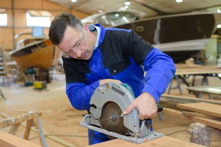 travaillant sur la construction de bateaux
