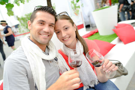 tomando vino: Couple drinking wine on a lovely day