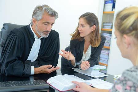 oordelen ontmoeting met advocaten Stockfoto