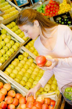 siervo: customer choosing fruit