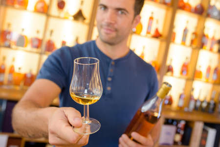 siervo: sirviendo una bebida