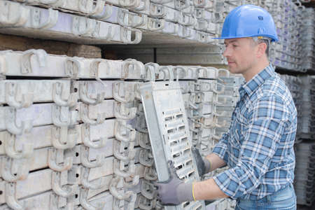 andamio: los andamios de contrucción trabajador apilamiento