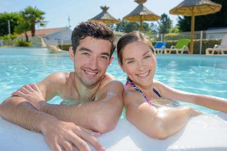 persona viajando: couple on a tropical holiday Foto de archivo