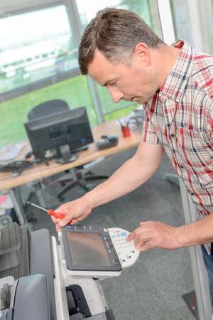 fotocopiadora: man fixing photocopier