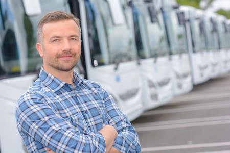 Portrait de l'homme avec flotte d'autobus