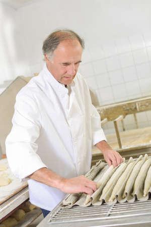 trabajo manual: pan panadero amasando Foto de archivo
