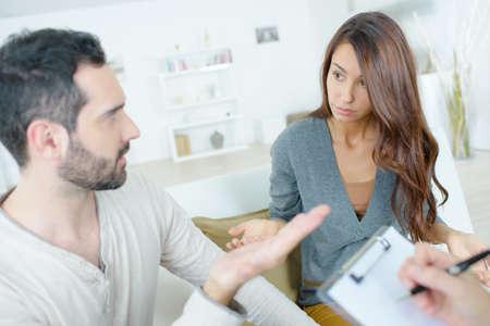 souligné jeune couple se dispute au psychologue