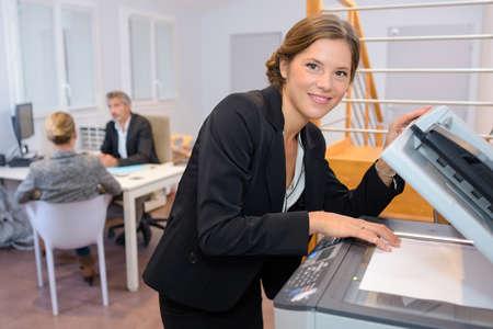 fotocopiadora: Portrait of businesswoman at photocopier