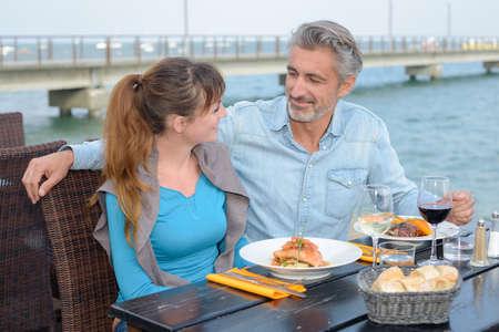 pareja comiendo: Pareja de comer al aire libre Foto de archivo
