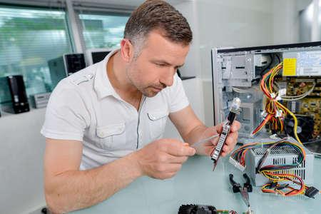 sistemas: Hombre que trabaja en los componentes del ordenador