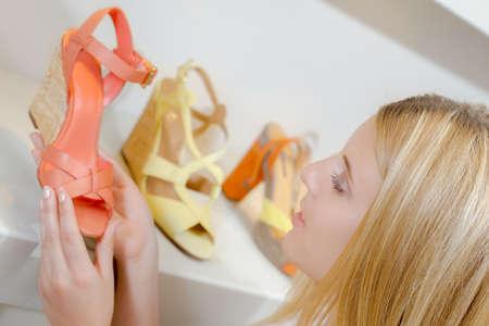 comprando zapatos: Buying new shoes
