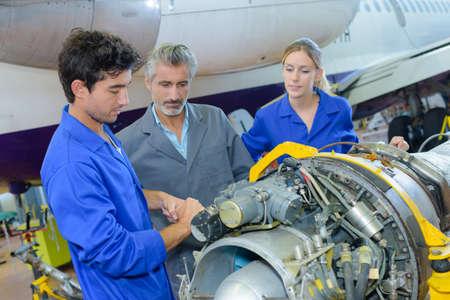 Studenten, die an Flugzeugkomponenten arbeiten Standard-Bild - 70955255