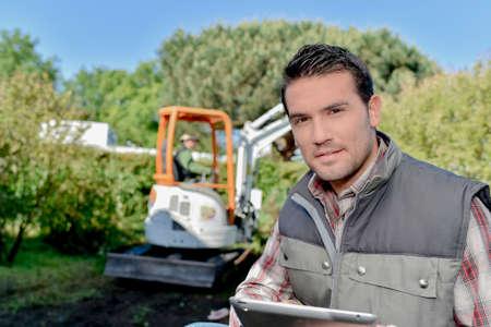 paysagiste: jardinier avec une tablette