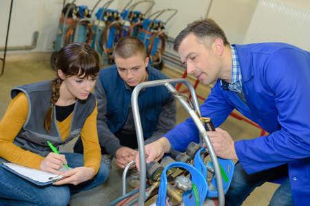 jolies stagiaires en prenant des notes au cours de la métallurgie professionnelle