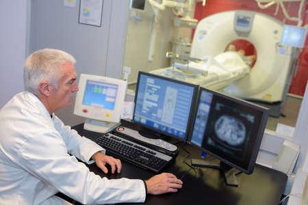 Tecnólogo de MRI monitoreando la pantalla