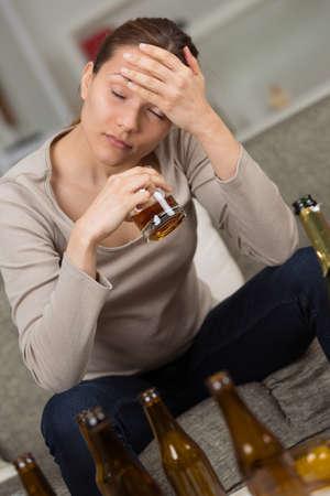 alcoholismo: Mujer alcohólica bebido - concepto de adicción