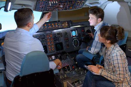 La gente en simulador de vuelo Foto de archivo