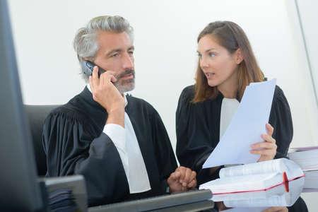 abogado: juez en el teléfono Foto de archivo