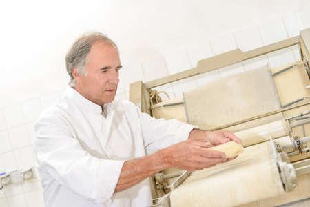 haciendo pan: baker making bread Foto de archivo