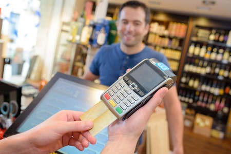 Pagamento con carta nel negozio di liquori
