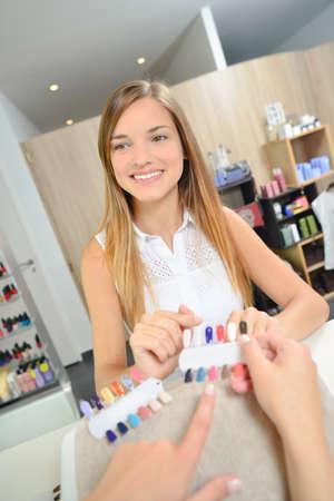 serf: woman in beauty salon