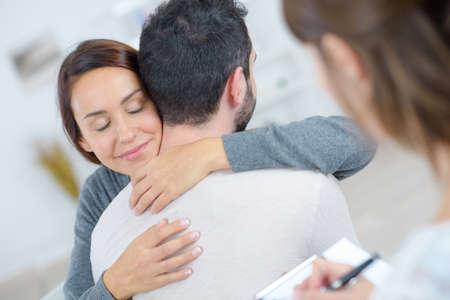 joven pareja feliz después de la sesión de terapia con el psicólogo Foto de archivo