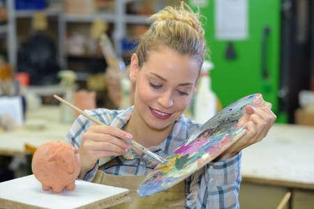 pallette: Femme artiste avec de la peinture pallette