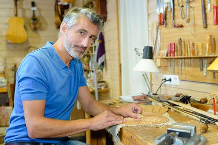 marqueteria: hombre en taller